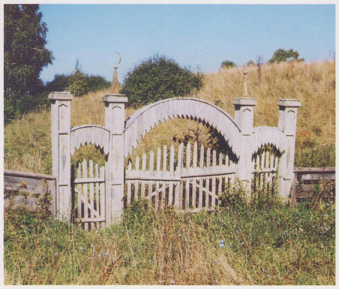 Старые ворота на сельское кладбище (90-е годы)